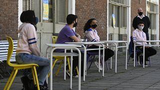 Alumnos reciben clase en el patio de un colegio de Buenos Aires, Argentina