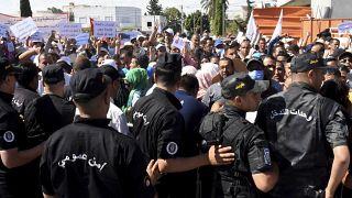 صورة من الأرشيف عن احتجاج حاملي الشهادات في تونس إثر إعلان رئيس الوزراء وقف الانتداب في الوظيفة العمومية. 2020/06/17