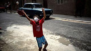 Un niño juega con una pelota en La Habana, Cuba