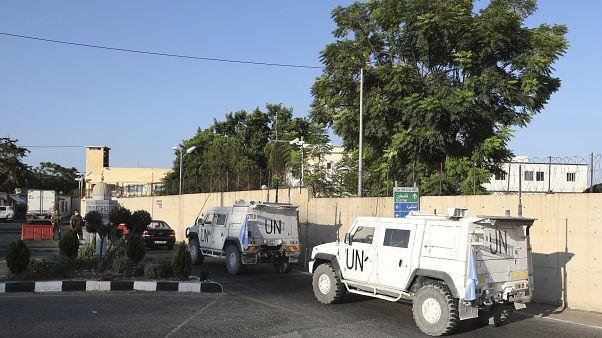 """آليات تابعة لقوات """"اليونيفيل"""" تدخل المقر حيث تعقد المفاوضات بين الجانبين الإسرائيلي واللبناني"""