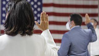 Присяга на получение гражданства во время церемонии натурализации в Нью-Йорке в июле 2020 года.