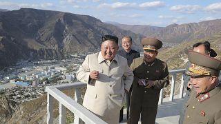 الزعيم الكوري الشمالي كيم جونغ أون يتفقد أشغال الصيانة في منطقة كومدوك الريفية التي دمرها الإعصار. 2020/10/14