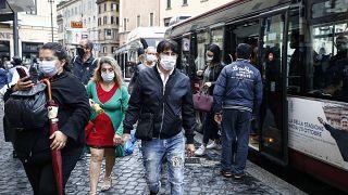Des passants portent le masque dans les rues de Rome en raison de la pandémie de Covid-19, le 7 octobre 2020