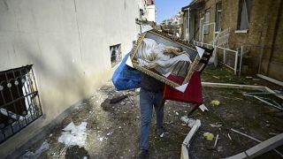 Ateşkes sonrası Gence kentine düzenlenen top atışında yıkılan evini terkeden bir Azeri