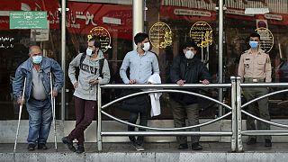 صف مسافران ماسکپوش در ایستگاه اتوبوس؛ تهران، اکتبر ۲۰۲۰