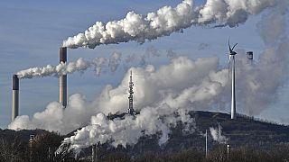 Kohlekraftwerk neben einem Windrad in Gelsenkirchen, Deutschland