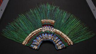 El penacho de plumas relacionado con el legendario gobernante azteca Moctezuma, en exhibición en el Museo de Etnología de Viena, Austria, el miércoles 14 de noviembre de 2012.