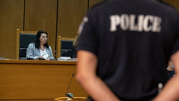 A juíza Maria Lepenioti lê as sentenças no julgamento do Aurora Dourada
