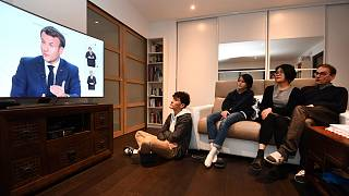 Une famille regardant l'allocution du président français, Emmanuel Macron, le 14 octobre 2020