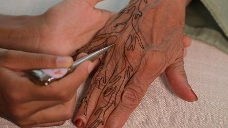 Azra Khamissa, l'entrepreneuse émiratie qui modernise l'art du henné