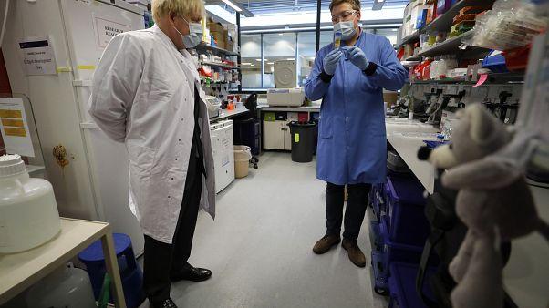 İngiltere Başbakanı Johnson Oxford Üniversitesi'ndeki aşı çalışmaları hakkında bilgi aldı