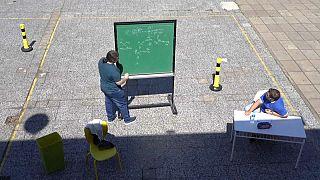 Una lezione all'aperto nel giorno della riapertura delle scuole in Argentina