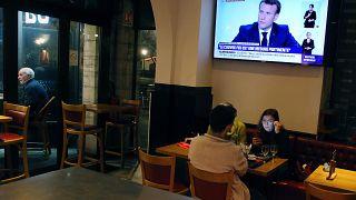 Menschen in einem Restaurant während Macrons TV-Interview (Saint Jean de Luz)