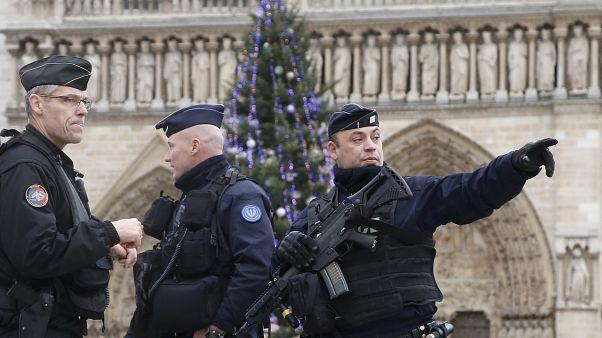 رجال أمن في باريس