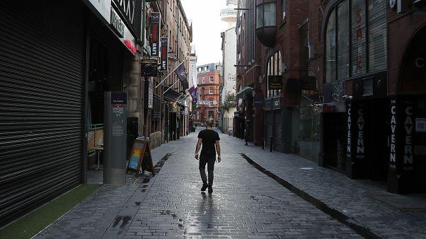 Un homme seul marche dans une rue de Liverpool, où tous les pubs sont fermés, Angleterre, le 14 octobre 2020