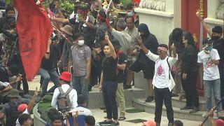 شاهد: اشتباكات بين مؤيدي الملكية ومعارضيها في تايلاند
