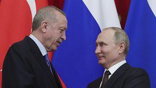 الرئيس الروسي فلاديمير بوتين والرئيس التركي رجب طيب أردوغان يتصافحان بعد مؤتمر صحفي مشترك أعقب محادثات في الكرملين بموسكو بتاريخ  5 آذار/مارس 2020