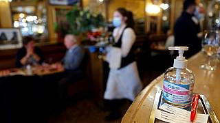 Un restaurante parisino recibe a sus comensales con gel desinfectante