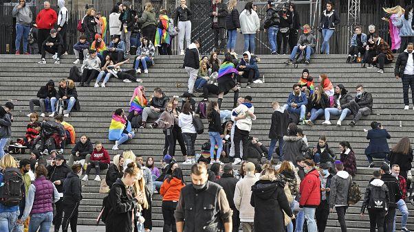 Rassemblement de jeunes, en grande partie sans masques, devant la cathédrale de Cologne, en Allemagne, le 11 octobre 2020