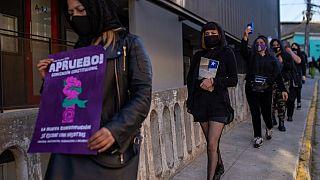 Las Tesis hacen campaña en favor del cambio de Constitución en Chile