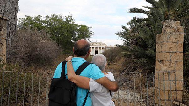 Οι βαρωσιώτες, Άννα Μαραγκού και Παύλος Ιακώβου, φίλοι μπροστά από το Γυμνάσιο τους στην περίκλειστη πόλη της Αμμοχώστου μετά από 46 χρόνια.