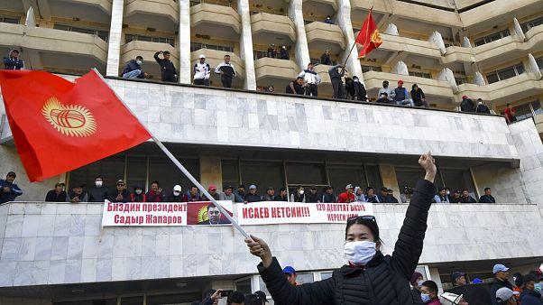 Tüntetők Biskekben.