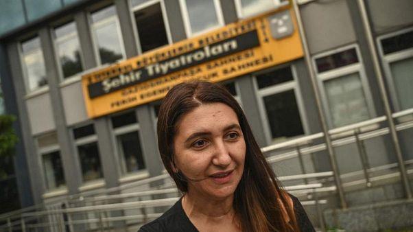 Schauspielerin Ruges Kirici spricht mit Medienvertretern vor dem Stadttheater Istanbul