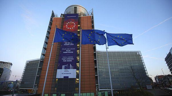 Uniós zászlók az Európai Bizottság épülete előtt