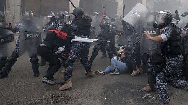اشتباكات بين متظاهرين وعناصر الأمن أمام مبنى البرلمان في العاصمة بيروت