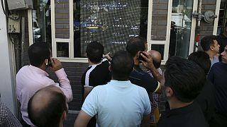 تجمع متقاضیان ارز در مقابل تابلوی نرخهای یک صرافی در تهران