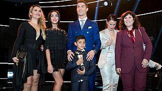 لاعب كرة القدم البرتغالي كريستيانو رونالدو مع والدته (على اليمين) وصديقته (على اليسار) وآخرين في سويسرا سنة 2017,