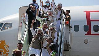 Prigionieri Huthi festeggiano, dopo essere stati liberati dalla coalizione guidata dall'Arabia Saudita, all'aeroporto di Sanaa, Yemen