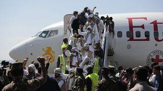 Suudi destekli Yemen hükümetinin bıraktığı Husi esirler, başkent Sana'ya ulaştı