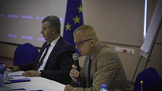 مسؤول التعاون بالاتحاد الأوروبي جيرهارد كراوس وأمين عام مجلس الوزراء الفلسطيني أمجد غانم