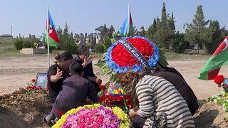 شاهد: عائلة جندي قُتل في قره باغ حاضرة على قبره لوداعه