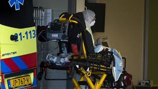 Hollanda'da hastaneye nakledilen bir Covid-19 hastası