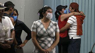 جوانان مکزیکی ماسکزده در یکی از ایستگاههای متروی شهر مکزیکوسیتی
