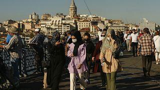 İstanbul'da koronavirüse karşı maske takan halk
