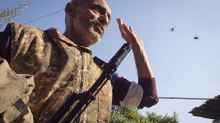 Valery Ovanisyan, résident de Martuni, porte une Kalachnikov, Haut-Karabakh, le 14 octobre 2020