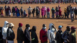 صفوف طويلة لأشخاص يسعون للحصول على مساعدات غذائية في جنوب إفريقيا