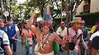 Un líder indígena grita durante la marcha hacia Bogotá