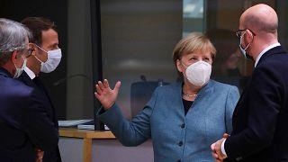 Angela Merkel Emmanuel Macronnal és Charles Michellel beszélget Brüsszelben