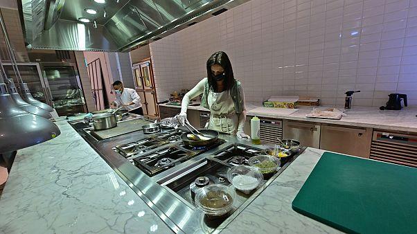 تحضير وجبات كوشير  في مطعم بفندق أرماني بدبي