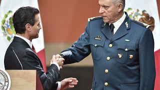 El expresidente mexicano, Enrique Peña Nieto, saluda al general Cienfuegos (08/01/2016)