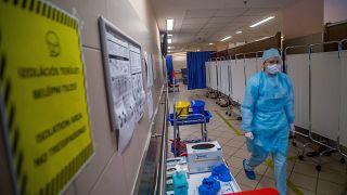 Védőszerelést viselő nővér a budapesti Honcédkórházban