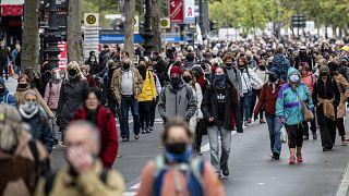 Διαδηλωτές στο Βερολίνο στις 10/10/20 διαμαρτύρονται για τα μέτρα κατά της διασποράς του κορωνοϊού