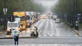 Az adományokat szállító konvoj az Andrássy úton