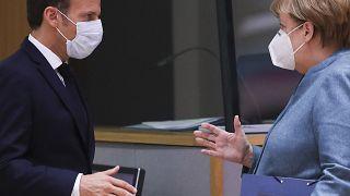 Ο πρόεδρος της Γαλλίας Εμανουέλ Μακρόν και η καγκελάριος της Γερμανίας Άνγκελα Μέρκελ στη Σύνοδο της ΕΕ