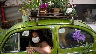 شاهد: برازيلية تحول سيارتها إلى متجر متنقل لبيع الزهور بسبب كورونا