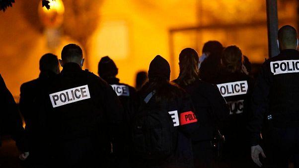 ماموران پلیس در محل حادثه سر بریدن یک معلم در نزدیکی پاریس
